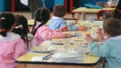 """Scuola senza refezione, genitori in campo: """"Pronti a lavorare noi in mensa"""""""