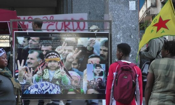 """A Caserta presidio per il popolo Curdo, l'appello di Ari: """"Non vendete armi alla Turchia"""""""