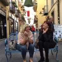 Potenza, nel centro storico spunta la panchina itinerante ed è selfie-mania