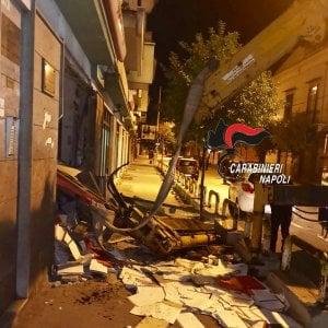 Afragola: bloccano le strade con tre autobus e tentano furto all'Unicredit