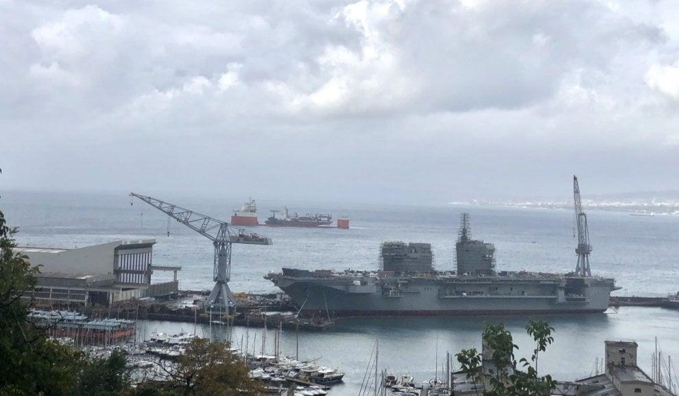 Motonave cinese carica un'altra nave a Castellammare, le suggestive immagini con il golfo di Napoli sullo sfondo