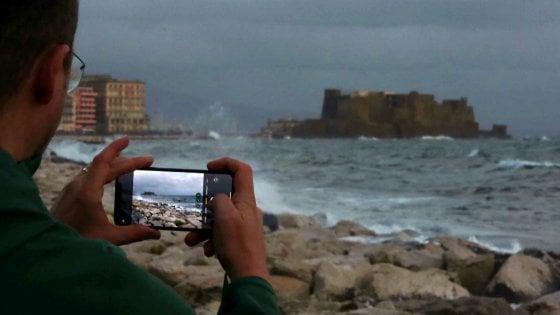 Napoli, bomba d'acqua sulla città. Il maltempo  sferza la Campania