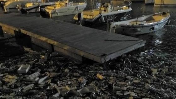 Salerno, dopo la mareggiata il porto diventa un tappeto di plastica