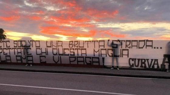 """Napoli, striscioni degli ultras spuntano in città. """"Rispettate chi questa maglia la ama e la paga"""""""