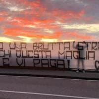 Napoli, striscioni degli ultras spuntano in città.