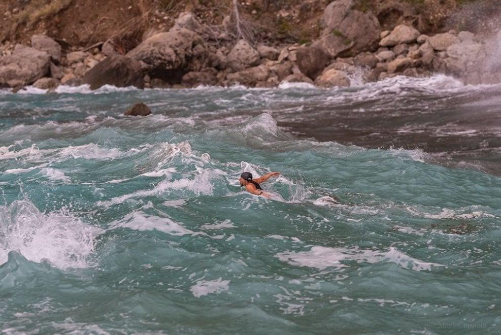 """Capri, ecco """"Aquaman"""". A nuoto nel mare forza 7: """"Ma non lo faccio per sfida"""""""