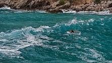 """Ecco """"Aquaman""""  A nuoto nel mare forza 7"""