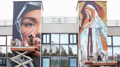 """Un'opera di Jorit all'ospedale di Pozzuoli  Ad """"aiutare"""" l'artista un gruppo di ragazzi autistici   video"""