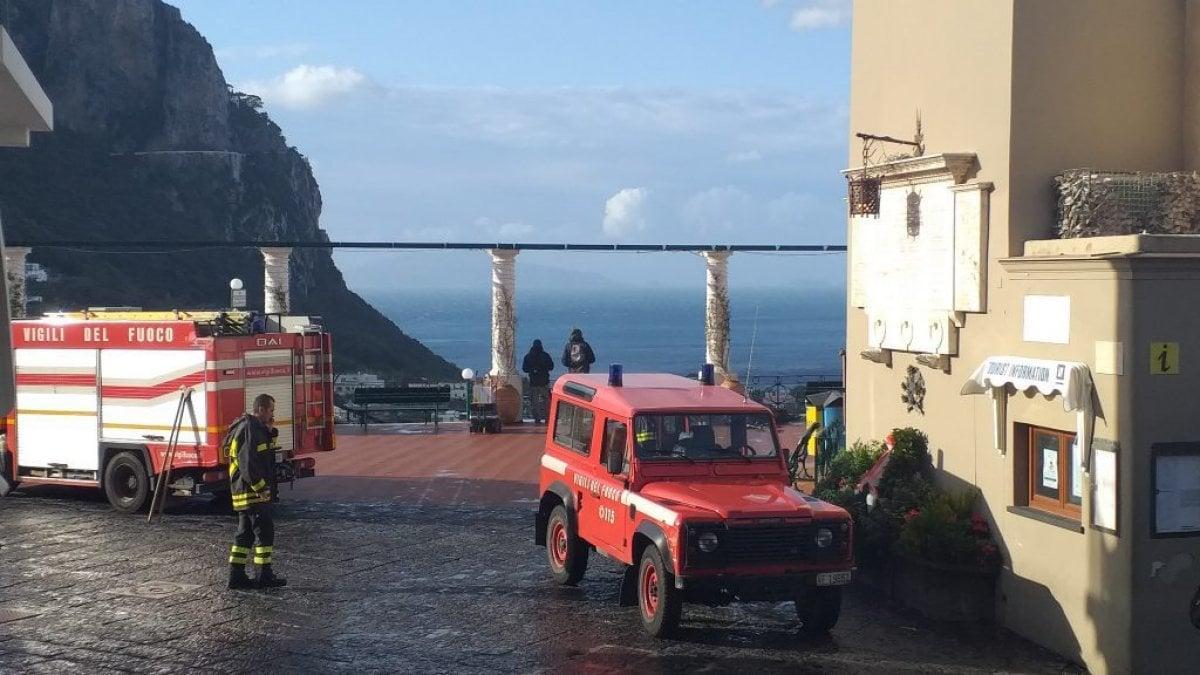 Maltempo, danni a Capri: cade un cornicione dal campanile nella piazzetta - La Repubblica