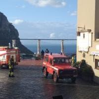Maltempo, danni a Capri: cade un cornicione dal campanile nella piazzetta