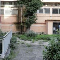 """La scuola perduta di Fuorigrotta: """"Qui cade tutto a pezzi, aiutateci"""""""