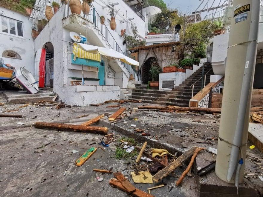 Capri, i danni della mareggiata a Marina Piccola: scompare la spiaggetta - La Repubblica