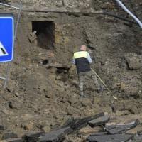 Maltempo, si apre una voragine in via Masoni: evacuate 25 famiglie