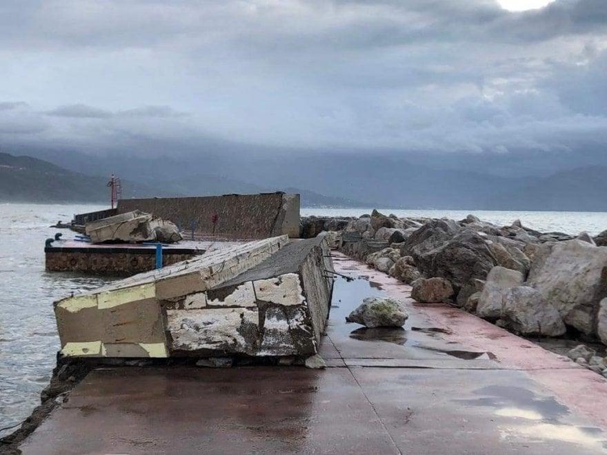 Risultati immagini per porto di scario muro mareggiata
