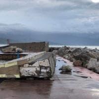 Maltempo, la mareggiata abbatte il muro del porto a Scario