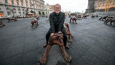 """Rep:  Liu Ruowang, l'artista dei lupi a piazza Municipio: """"Le mie opere sono come un giocattolo"""""""