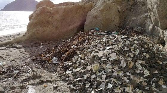 Ischia, hotel in ristrutturazione: gli scarti edili finiscono in spiaggia