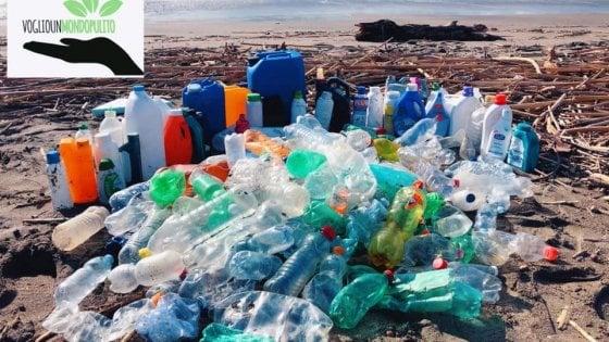 Salerno, dopo la mareggiata la spiaggia è un bazar di plastica