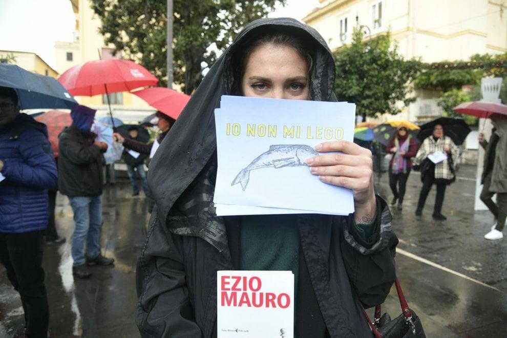 """Sorrento, arriva Salvini: le """"fravaglie"""" lo aspettano con i libri sotto la pioggia"""