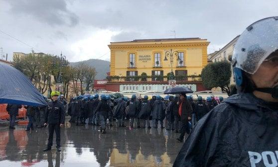 C'è Salvini, la pioggia non ferma le sardine: centinaia in piazza a Sorrento
