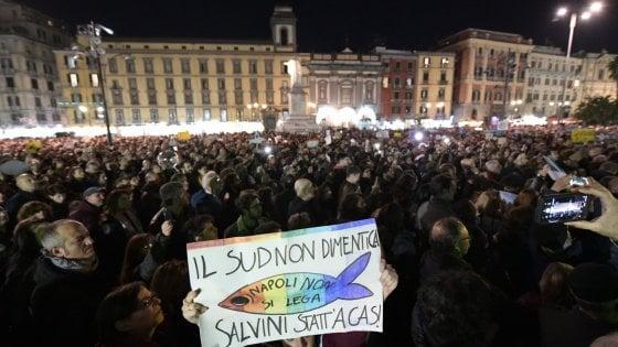 Sardine, oltre 10 mila in piazza a Napoli: tra colori e maschere della Casa di Carta