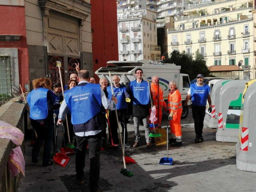 Napoli, crisi rifiuti: i residenti ripuliscono piazzetta Cariati e Santa Maria apparente
