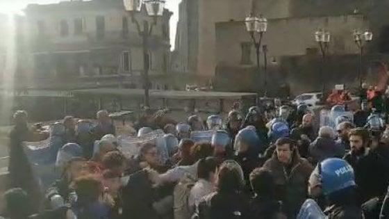 Clima, attivisti Fridays for future occupano ingresso Cop21 a Napoli. La polizia li blocca