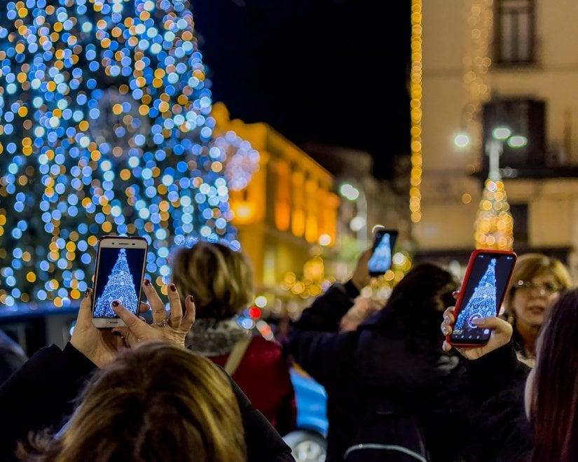 "Sorrento, tutti pazzi per l'albero ""musicale"" di piazza Tasso: è smartphone-mania"