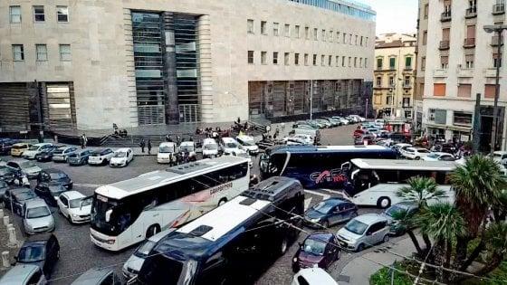 Natale, ecco la maxi Ztl nel centro di Napoli: ingresso vietato ai bus turistici