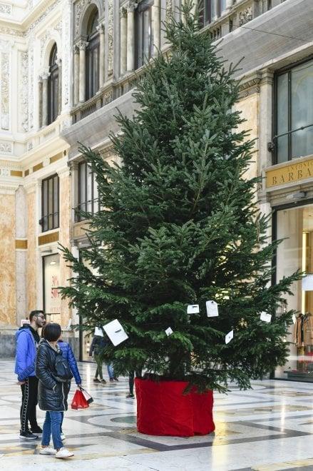 Albero Di Natale Napoli.Napoli Torna L Albero Di Natale Nella Galleria Umberto La Repubblica