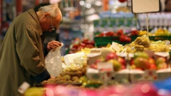 Potenza, anziano ruba cibo in un supermercato: carabinieri pagano il conto