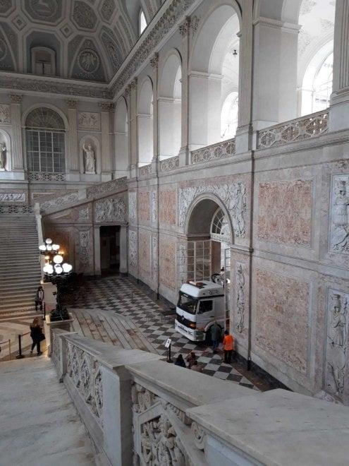 Camion con gru entra nel salone d'ingresso di Palazzo Reale