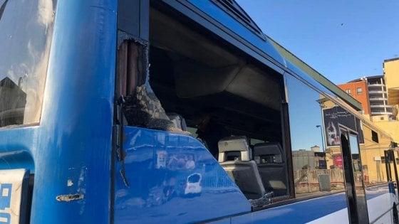 Napoli, bus Eav con i giocatori del Genk distrutto dai tifosi
