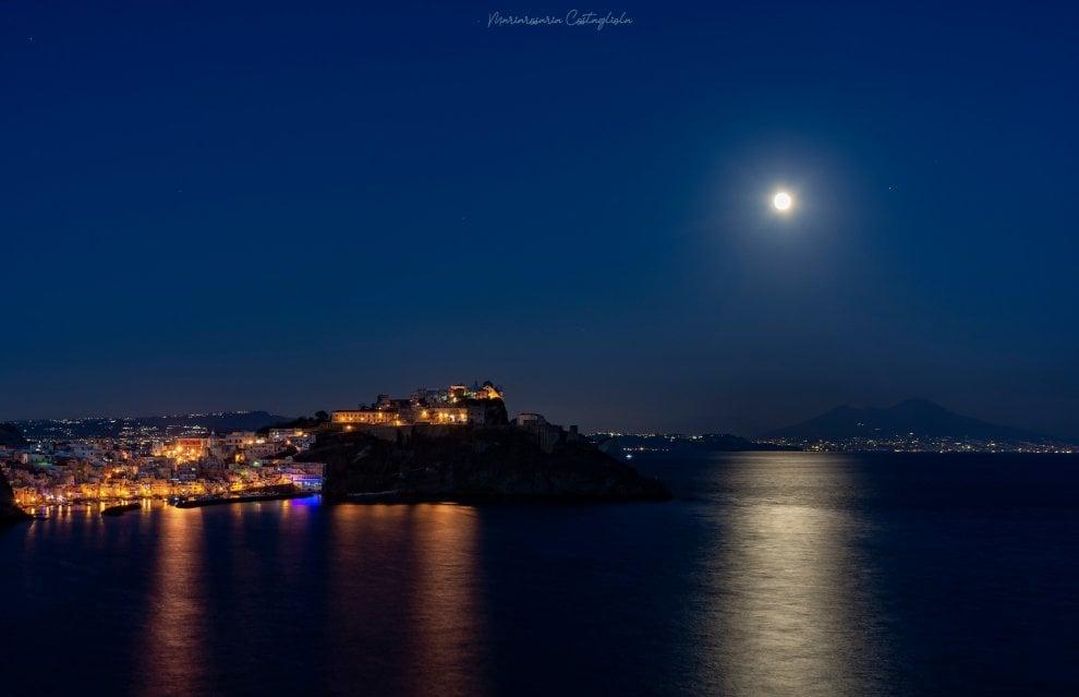 Procida come un presepe: l'isola al chiaro della luna piena è uno spettacolo