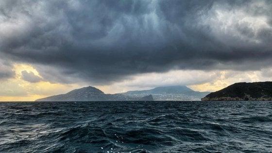 Maltempo: Ischia e Procida isolate, saltano i collegamenti