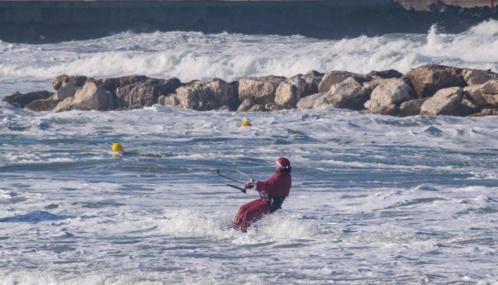 Ischia, il mare è agitato: Babbo Natale fa kitesurf
