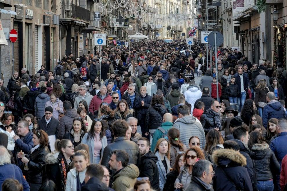 Napoli, record di turisti per shopping e musei ma rifiuti in strada