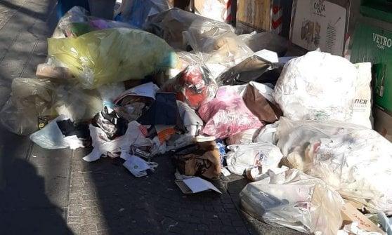 Napoli, strade invase dai rifiuti: emergenza in periferia e nel centro storico