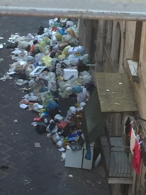 Emergenza rifiuti a Napoli, la casa di Totò invasa di ...