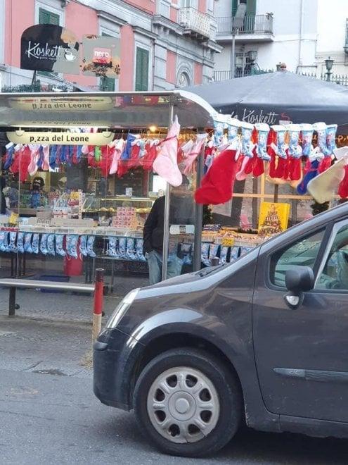 Befana a Napoli, la pensilina dei bus diventa una bancarella per le calze