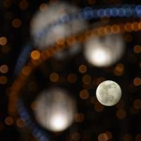 Salerno, la luna piena tra le luci d'artista