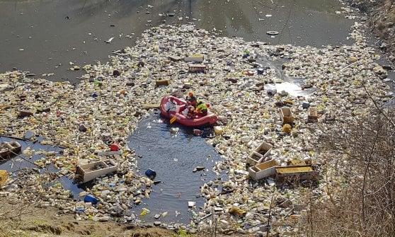 Terra dei fuochi, un lago di rifiuti nel Casertano