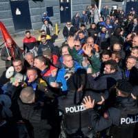 Whirlpool Napoli, operai occupano l'autostrada: tensione con la polizia