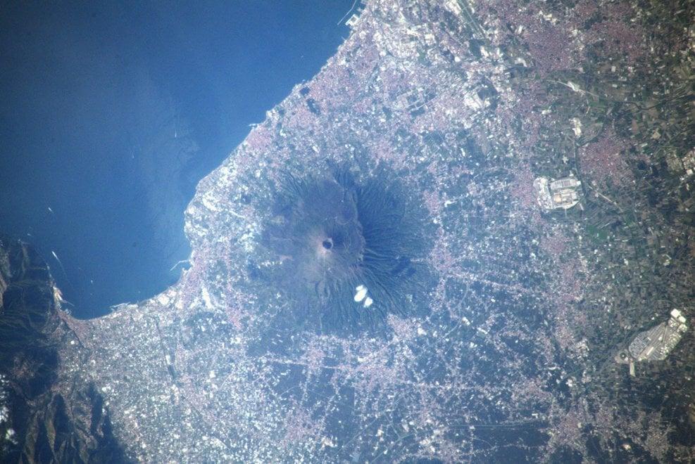 Parmitano twitta la foto del Vesuvio dalla stazione internazionale