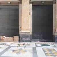 """Galleria Umberto, negozio chiuso da 5 giorni per caduta calinacci. La Timberland: """"Noi danneggiati"""""""