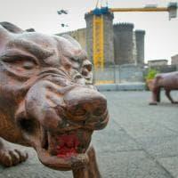 Lupi di Liu Ruowang a Napoli, vandali spostano e imbrattano con la vernice le statue