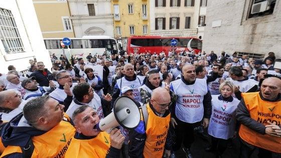 Whirlpool, addio tra le tensioni, i lavoratori contestano i sindacati: sciopero in tutti gli stabilimenti