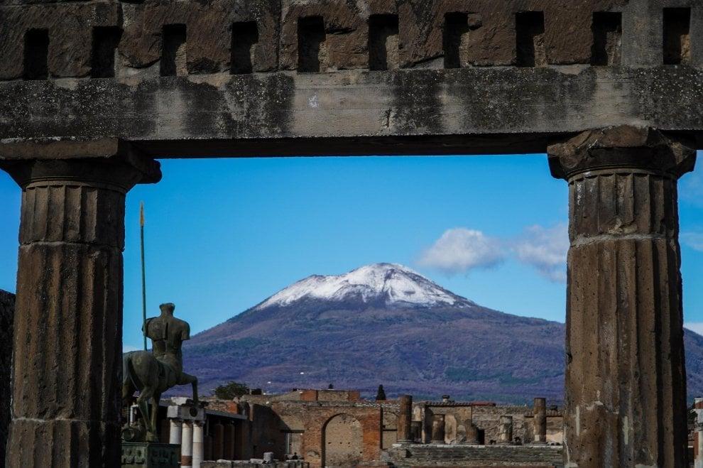 Napoli, il Vesuvio innevato visto da Pompei