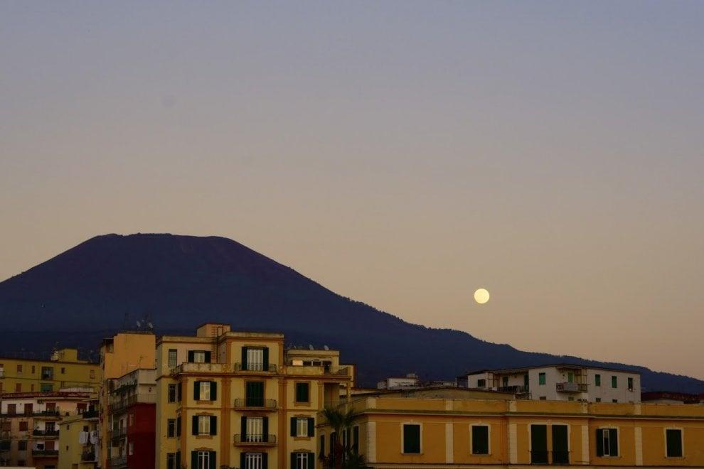 Il Vesuvio, la prima superluna del 2020 e il tramonto del sole