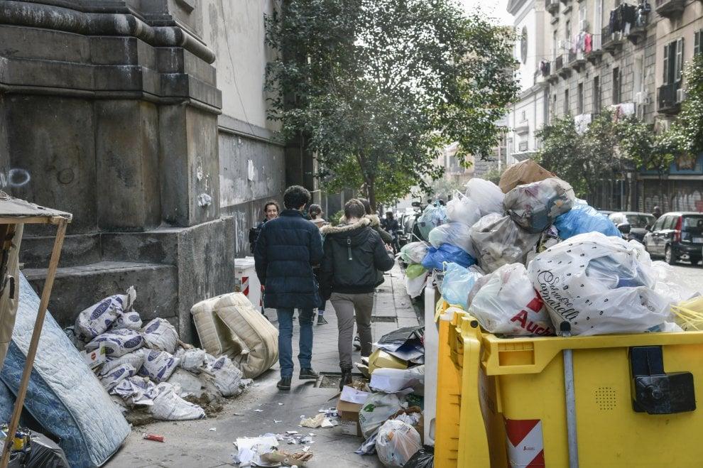 Napoli, l'agonia di via Duomo tra cantieri, rifiuti e clochard sotto i portici